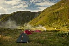 Région de camping de tentes, début de la matinée Photos stock