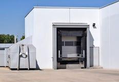 Région de chargement d'un bâtiment d'entrepôt Photos stock