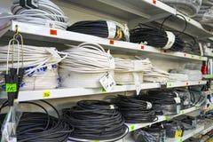 Région de Chelyabinsk, Russie - juin 2019 Magasin électrique de marchandises Support avec des marchandises Rolls des câbles élect photographie stock libre de droits