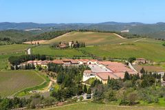 Région de chianti, Italie - 21 avril 2018 : Paysage rural de terres cultivables, arbres de cyprès, vignobles et oliviers de Caste photo stock