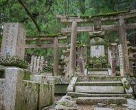 Région de cimetière de wirh de temple d'Okunoin à la montagne Koya de Koyasan dans W Images libres de droits