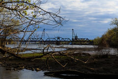 Région de crique regardant le pont en chemin de fer en métal de vintage au-dessus de Hudson River en dehors d'Albany NY Image stock