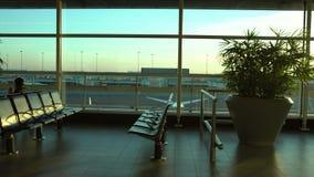 région de embarquement de passager de la belle vue 4K dans l'aéroport international d'Amsterdam banque de vidéos