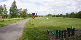 Région de golf avec la route de champ d'exercice et de moteur Images libres de droits