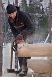 Région de Léningrad, Russie - 2 février 2010 : Le travailleur du bois fait a images libres de droits