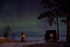 Région de Léningrad, Russie, le 16 février 2016 : photos de cowboy de jeep sur le rivage du lac Ladoga pendant les lumières du no Image libre de droits