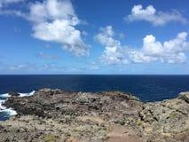 Région de lave au-dessus de regarder l'océan bleu profond Images stock