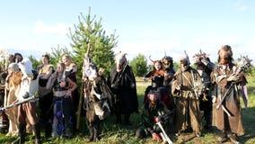 Région de Moscou, RUSSIE - 22 août 2018 : Cosplayers montrant à Warhammer le costume blindé de caractère de guerrier pour jouer u banque de vidéos