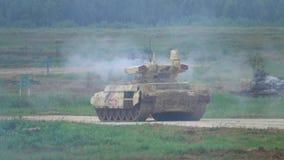 RÉGION DE MOSCOU, RUSSIE - 25 AOÛT 2017 Tir de mouvement lent du terminateur russe de tir 2 de l'armée BMPT-72 banque de vidéos
