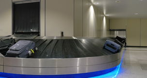 Région de retrait des bagages à l'aéroport clips vidéos
