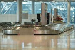 Région de retrait des bagages dans l'aéroport Images libres de droits