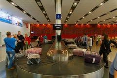 Région de retrait des bagages dans l'aéroport international Photos libres de droits