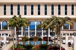 Région de salon à l'hôtel de luxe et à la fontaine Images stock