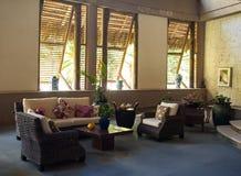 Région de salon dans le lobby de l'hôtel de tourisme des Caraïbes Images libres de droits