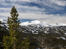 Région de ski avec le ciel bleu Image stock