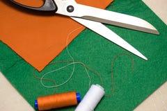 Réglé pour la couture, cousez avec vos propres mains pour les enfants Ciseaux, tissu et fil photos libres de droits