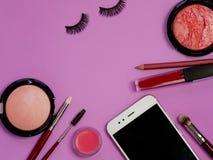 Réglé pour le maquillage professionnel, les différentes brosses pour appliquer la poudre et le fard à paupières Cosmétiques et ba photo libre de droits