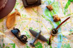 Réglé pour le voyageur, vue supérieure La caméra, l'avion et la boussole sont sur la carte image stock