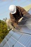Réglage des panneaux solaires Images stock