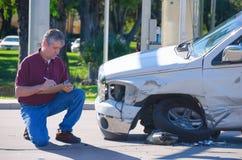 Régleur d'assurance automobile inspectant la réclamation d'accidents Photographie stock libre de droits