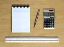 Régua e pena da calculadora do caderno na mesa Foto de Stock Royalty Free