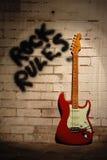 Réguas da rocha com guitarra vermelha. Imagens de Stock Royalty Free