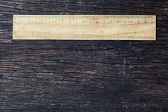 Réguas de madeira no centímetro e na polegada na ideia rústica de madeira velha do conceito do ambiente do eco da natureza do fun fotos de stock royalty free