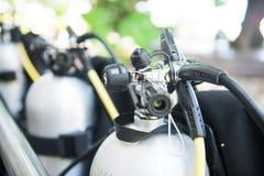 Régulateur de plongée sur le réservoir de cylindre de plongée Photo libre de droits