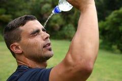 Régulation thermique des travailleurs de forme physique vers le bas avec de l'eau Image libre de droits