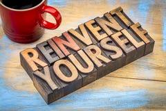 Réinventez-vous - des mots de motivation dans le type en bois Image libre de droits