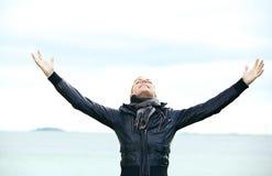 Réjouissance de femme avec des bras outspread Photo stock