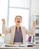 Réjouissance de femme d'affaires dans le bureau Images libres de droits