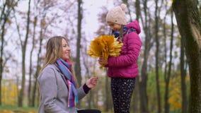 Réjouissance gaie de famille dans l'arrivée d'automne banque de vidéos