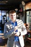 Réjouissez l'amie de attente de type au café et à ajuster SH bleu Image stock