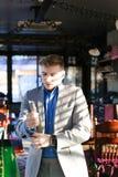 Réjouissez l'amie de attente de type au café et à ajuster SH bleu Photographie stock