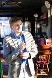 Réjouissez l'amie de attente de type au café et à ajuster SH bleu Photographie stock libre de droits