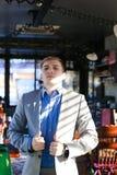 Réjouissez l'amie de attente de type au café et à ajuster SH bleu Photo libre de droits