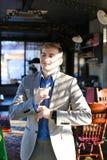 Réjouissez l'amie de attente de type au café et à ajuster SH bleu Images libres de droits