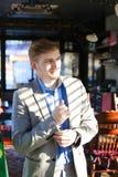 Réjouissez l'amie de attente de type au café et à ajuster SH bleu Image libre de droits