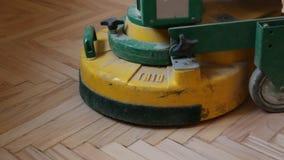 Rénovation d'un vieux plancher de parquet en bois banque de vidéos