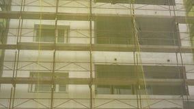 Rénovation de construction de façade, vieille reconstruction de maison, réparation Échafaudage devant la façade de construction c clips vidéos
