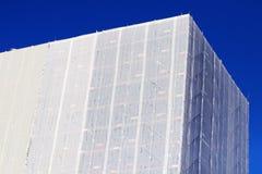 Rénovation en plastique de chantier de construction de bâche et d'échafaudage photos stock