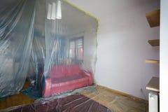 Rénovation plate, salon fixé avec le film protecteur Photographie stock