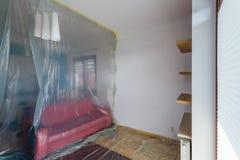 Rénovation plate, salon fixé avec le film protecteur Photo stock