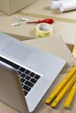 Rénovation utilisant l'ordinateur portatif Photo stock
