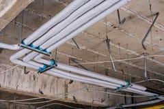 Rénovez en construction le plafond avec le système de ventilation photographie stock libre de droits