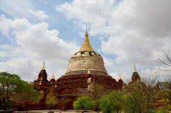 Rénovez la pagoda à la ville antique dans Bagan images libres de droits
