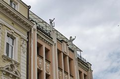 Rénovez la vieille maison avec le chiffre humain du toit photos libres de droits