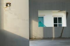 Rénovez le mur dans la maison de construction résidentielle image libre de droits