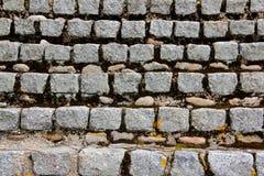 Répétition des blocs de pierre sur un mur images stock
